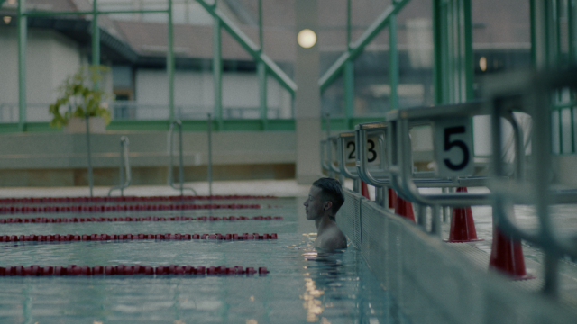 schwimmbad junge
